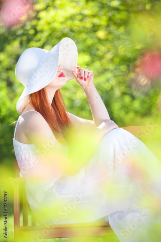 tajemnicza-dziewczyna-w-ogrodzie