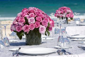 Bouquet di rose su tavolo per matrimonio
