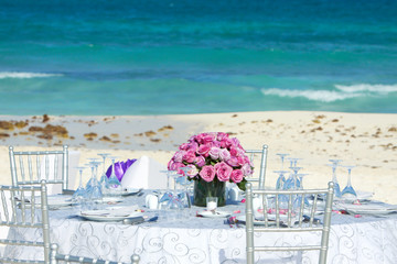 Tavolo sulla spiaggia per matrimonio