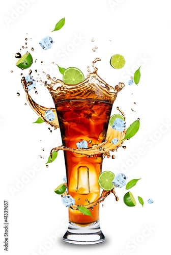 Aluminium Opspattend water Fresh cola drink with limes. Isolated on white background