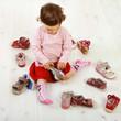 Kleinkind sucht sich ein Paar Schuhe aus