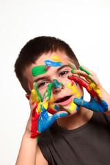 bambino sporco di vernice