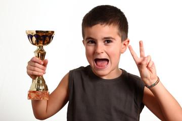 bambino con coppo e segno vittoria