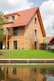 Fototapety Haus mit Holzfassade am Wasser