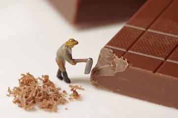 チョコレートを砕く人形