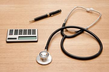 stethoskop, taschenrechner und kuli