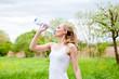 junge joggerin trinkt wasser aus einer Flasche