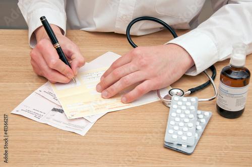 Arzt verschreibt die Krankmeldung