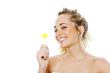 Junge Frau mit gelbem Lollipop