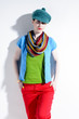 Junge Frau trägt farbige Kleidung (Color Blocking)