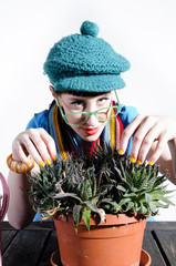 Junge Frau macht Blumenpflege
