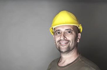 Freundlich lächelnder Arbeiter