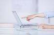 frau zeigt auf laptop-monitor