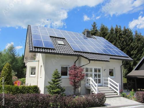 Leinwanddruck Bild Einfamilienhaus mit Photovoltaikanlage