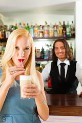 Barista mit Gast in Cafe oder Coffeeshop