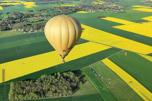 Foto Spatwand Ballon Survol colza en Montgolfière