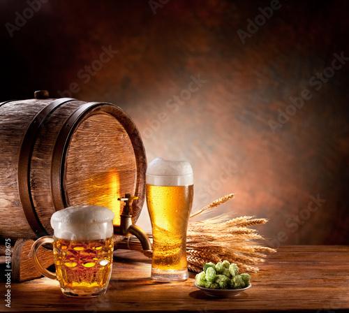 Piwna baryłka z piwnymi szkłami na drewnianym stole.