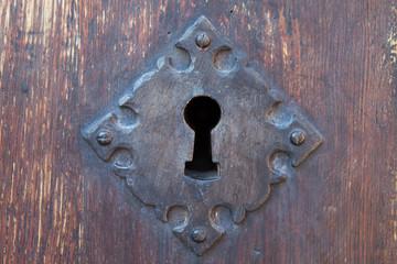 Cerradura de hierro antigua de una puerta de madera