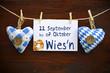 2 Stoffherzen Oktoberfest auf Holzbrett mit Wies´n