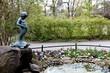 Petit garçon faisant pipi dans une fontaine.