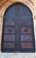 Puerta de madera en iglesia renacentista
