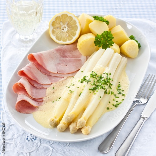 Asparagus with Hollandaise sauce, ham and potatoes