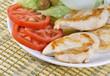 Apetitosas pechugas de pollo con ensalada.