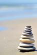 Galets en équilibre au bord de l'eau