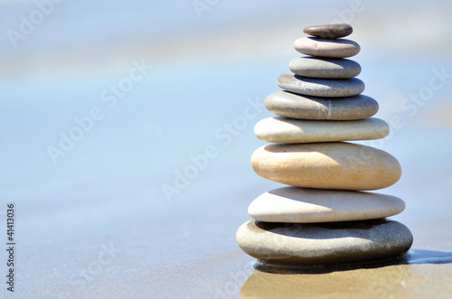 Galets empilés sur le sable