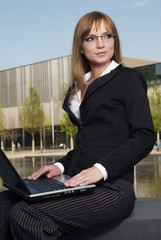 Business Frau mit Laptop Outdoor
