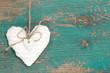 Weißes Herz auf grünem Holz-Hintergrund