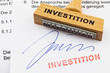 Holzstempel auf Dokument: Investition