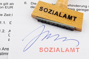 Holzstempel auf Dokument: Sozialamt