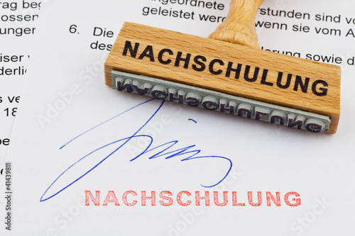 Holzstempel auf Dokument: Nachschulung