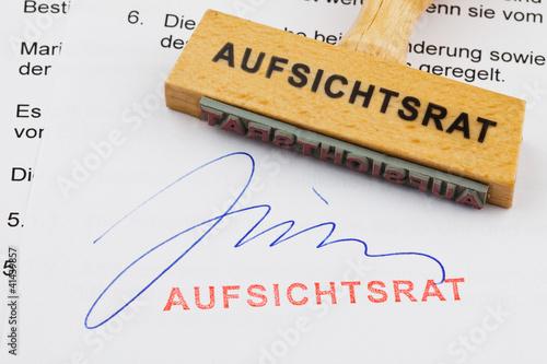 Holzstempel auf Dokument: Aufsichtsrat