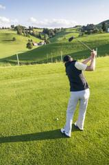 Mann beim Golfen