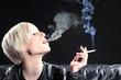 Hübsche Frau raucht genüsslich, blauer Dunst sichtbar