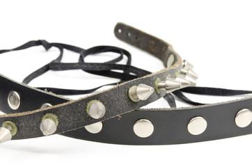alte getragene Nietenhalsbänder