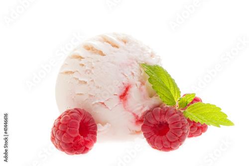Joghurt - Himbeereis mit Himbeeren von vorne