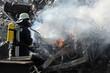 Feuerwehrmann mit Atemschutz vor Flammen