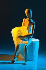 Figur mit Toilettenpapier