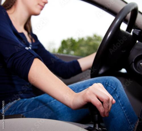 Attraktive Frau fährt Auto