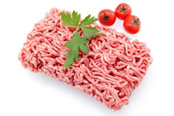carne macinata su sfondo bianco