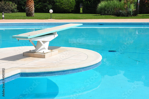 Plongeoir de piscine photo libre de droits sur la banque for Plongeoir de piscine