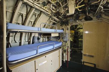 interno di sottomarino con strumenti