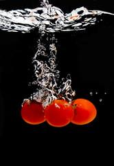 Tomaten tauchen ins Wasser