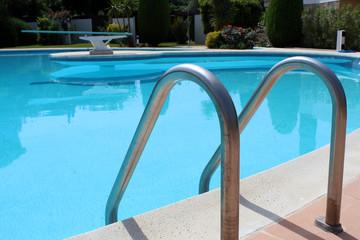 piscine ronde plongeoir échelle