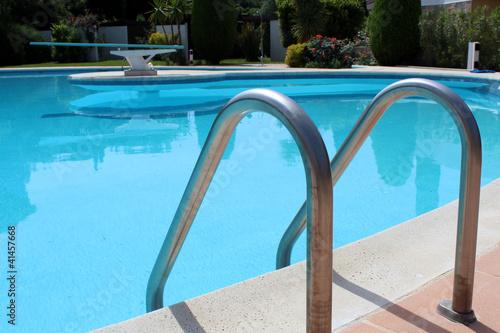 Piscine ronde plongeoir chelle photo libre de droits for Plongeoir de piscine