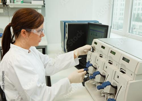 Frau bei Forschungsarbeit in Forschungslabor