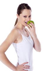 Junge Frau beisst in Apfel nach Sport